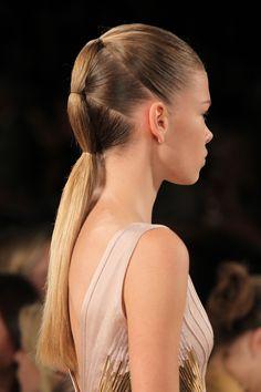 Deze 3-D ponytail blijft in model met de  Moisture Barrier Hairspray van Frizz Ease®