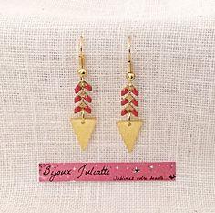 Boucles d'oreille graphique chaîne épi dorée et rose corail