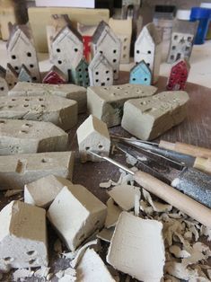 Little claying houses being made by folk artist Sheena Spacey WIP Ilma Kuivaa Savea, Veistokset, Talot, Ristipistot, Luovaa Clay Houses, Ceramic Houses, Art Houses, Ceramics Projects, Clay Projects, Cute Art Projects, Primitive Garden Decor, Pottery Houses, Driftwood Crafts