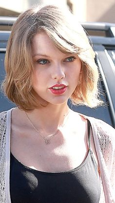 2/13/14 >>> CAN EVERYONE TAKE A MOMENT AND LOOK AT HER NECKLACE. 13 FOREVER <3 AND SHE LOOKS GORGEOUS IN HER NEW HAIRCUT BTW