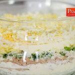 Jak zrobić szybką sałatkę warstwową z tuńczykiem? – Porada Joli