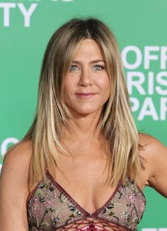 actress jennifer aniston with long blonde hair with face framing layers Thin Hair Layers, Thin Straight Hair, Thin Hair Cuts, Long Thin Hair, Long Layered Hair, Medium Hair Cuts, Long Curly Hair, Haircuts For Long Hair, Cool Haircuts