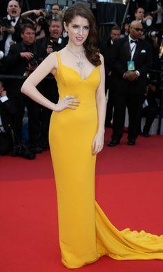 Festival de Cine de Cannes 2016 Acto: Ceremonia de apertura y estreno de la película 'Café Society'. Fecha: 11 de mayo de 2016. En la imagen: La actriz Anna Kendrick pone una nota de color a la alfombra roja de Cannes con un Stella McCartney de color amarillo intenso, con escote en pico y cola.