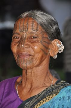 I think she started the multiple earring trend Tribal Women, Tribal People, Face Tattoos For Women, Facial Tattoos, Earring Trends, Just Smile, Interesting Faces, Body Mods, People Around The World