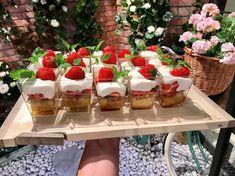 Sommartårta i glas med jordgubbar och brynt smör | Recept från Köket.se Mini Muffins, Boston Cream Pie, Cupcakes, Keto Brownies, Veggie Dishes, Dessert Recipes, Desserts, Food Hacks, Great Recipes