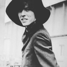 waiting.for.the.thinwhiteduke_ David Bowie There ' s a Starman waiting in the Sky He'd like to Come and meet us  David Bowie 1947 - ∞ S.S.N.E.E  ☇ https://www.instagram.com/waiting.for.the.thinwhiteduke_/