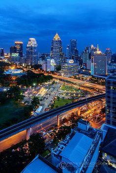 Night view - Bangkok, Thailand -->> www.voyagewave.com