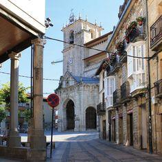 Salvatierra - Casas porticadas de la plaza de San Juan, con el monumental templo al fondo.