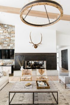 Stunning, rustic-modern living room with light hardwood floors, a farmhouse chandelier, and exposed wooden beams Cozy Living Rooms, Home And Living, Living Room Decor, Rustic Modern Living Room, Small Living, Modern Rustic Decor, Living Spaces, Industrial Living, Contemporary Home Decor