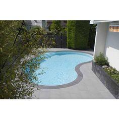 Mini piscine Céline bordée de carrelage gris foncé, associé à une plage plus claire pour une ambiance contemporaine