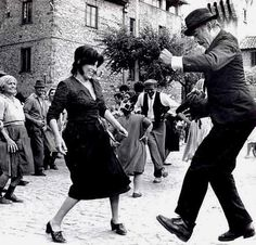Silvana Mangano y Anthony Quinn LITERALLY STREET!, i think it is anna magnani