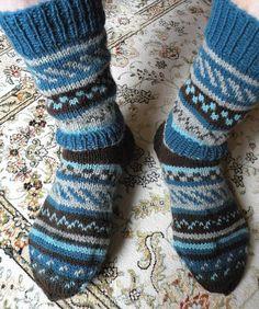 Riihen ikkunasta: Villasukkia Crochet Socks, Knitting Socks, Knit Crochet, Knitting Designs, Knitting Patterns, Woolen Socks, Sexy Socks, Striped Socks, Clothing Patterns