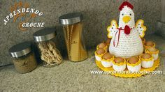 Who wouldn't want this adorable Hen Egg Holder in English? I'm excited to see how the translation turned out and everyone's finished Hen's! Each with their own personality… Crochet Zig Zag, Crochet Birds, Easter Crochet, Crochet Kitchen, Crochet Home, Easter Projects, Easter Crafts, Crochet Chicken, Candy Crafts