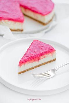 Sernik z różowym rabarbarem