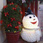 Trükk, amivel kékre színezheted a hortenziát   Balkonada Xmas, Christmas Ornaments, Snowman, Planter Pots, Holiday Decor, Outdoor Decor, Home Decor, Yule, Xmas Ornaments
