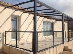 Nous avons créé cette pergola moderne en fer avec des sections en tube carré de 100/100 et une toiture en tube inégale de 80/40 pour...