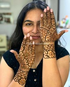 Image may contain: 1 person, closeup Indian Henna Designs, Floral Henna Designs, Simple Arabic Mehndi Designs, Latest Bridal Mehndi Designs, Mehndi Designs 2018, Mehndi Designs Book, Modern Mehndi Designs, Wedding Mehndi Designs, Beautiful Henna Designs