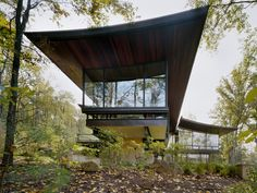 Adore this modern home. It's like living in a tree house. Blue Ridge Mountains, Virginia by Voorsanger Architects.