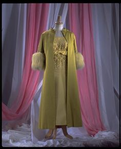 Sir Norman Hartnell (June 12, 1901 – June 8, 1979)/ Norman Hartnell for Queen Elizabeth: tangomango78 — LiveJournal 1960s Fashion, Vintage Fashion, Winter Gowns, Norman Hartnell, Coat Shoes, Victoria And Albert Museum, Green Silk, Dress For You, Vintage Dresses