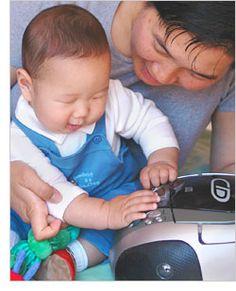 2 juegos para estimular el desarrollo de habilidades auditivas y verbales en bebés de 5 meses y 2 semanas.