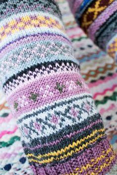 Knitting Charts, Knitting Socks, Knitted Hats, Knitting Patterns, Mitten Gloves, Mittens, Fair Isle Pattern, Fair Isle Knitting, Colorful Socks