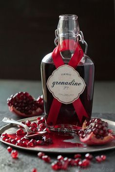 Sirop de grenade maison - Homemade Grenadine Syrup (super easy, and doesn't have any corn syrup or food coloring like the store bought stuff) via Will Cook For Friends Cocktail Drinks, Cocktail Recipes, Alcoholic Drinks, Beverages, Liquor Drinks, Bourbon Drinks, Vodka, Ginger Fizz, Ginger Syrup