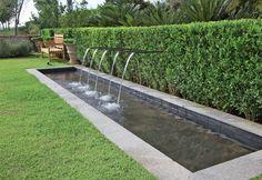 Fonte d'água em área gramada - Paisagismo - Plantas, Flores e Jardins