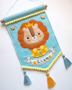 Ok, creare questi banner mi sta piacendo TANTISSIMO! Felt Diy, Felt Crafts, Fabric Crafts, Handmade Crafts, Diy And Crafts, Felt Banner, Baby Banners, Baby Sewing Projects, Felt Decorations