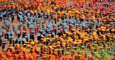 Chineses da etnia Dai dançam com guarda-chuvas em Jinghong, região autônoma de Xishuangbanna, extremo sul da China, em 14/04/14. Um total de 10.580 pessoas participaram do espetáculo, estabelecendo um recorde mundial. FOTO: Lin Yiguang/Xinhua