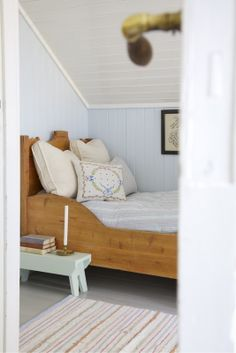 Una casa relajada y personal / A relaxed home Attic Bedrooms, Bedroom Bed, Kids Bedroom, Childrens Bedroom, Pale Blue Walls, Small Wooden House, Peaceful Bedroom, Swedish House, Home Comforts
