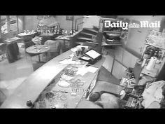 Attentato Parigi, il terrorista spara contro una donna, ma l'arma di si inceppa e lei si salva (il video diffuso in esclusiva dal Daily Mail) - DiarioNet