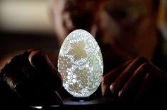 En esta cáscara de huevo fueron hechos más de 20.000 orificios.