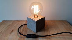 Lámpara cubo de cemento con bombilla Edison y cable textil http://www.theconcretejungledeco.com/listing/384303386/lampara-cubo-de-cemento-con-bombilla