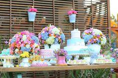 A Sofia comemorou seu primeiro ano de vida com uma festa jardim no jardim! A decoração super delicadafoi assinada pela Chic Festa, que utilizou uma cartel