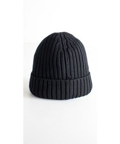 Cappello uomo a cuffia lavorato disponibile in nero, blu e grigio.