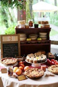 Buffet di torte rustiche: facile da realizzare con piccoli stand in legno dall'aspetto vintage e una lavagnetta su cui segnare le torte presenti #rusticwedding #rusticdessert #matrimoniolowcost Rustic dessert table!