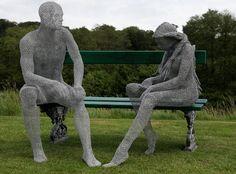 """Escultura de arame """"Espírito do Momento"""". Trabalho de Derek Kinzett. Em exibição no Grange Park Opera, em Basingstoke, Hamphire, Inglaterra. Fotografia de  Mark Stoke."""