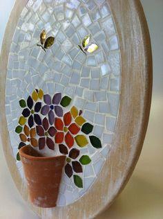 Traga a primavera para perto de você! Par de quadrinhos ovais, com muitas flores coloridas em mosaico, todas charmosamente arranjadas dentro de um vasinho de cerâmica. As molduras são em mdf com uma leve pátina em branca. As borboletinhas são em pastilhas espelhadas. Caso queira diferente, por fa...