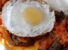 Exquisita y tradicional receta criolla colombiana, solo hay que seguir el paso a paso! Bistec bañado en salsa y huevo frito con la yema blanda... Deliciosa combinación con mucho sabor y color!