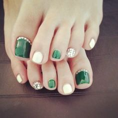 St Patrick's day toes Christmas toes Maybe in a red, blue or purple Pedicure Designs, Toe Nail Designs, Love Nails, Pretty Nails, Christmas Toes, Feet Nails, Toe Nail Art, Creative Nails, Holiday Nails