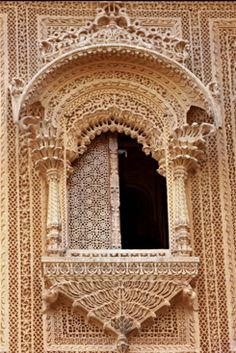 Window in Jaisalmer. Temple Architecture, Islamic Architecture, Historical Architecture, Beautiful Architecture, Architecture Design, Monuments, Apartment Balcony Decorating, Amazing India, Jaisalmer