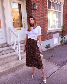 Skirt outfit 44 Captivating Floral Skirt Outfit Ideas Pleated Skirt + TeeYou can find Long skirt outfits and more on our website.Skirt o. Modest Fashion, Skirt Fashion, Classic Fashion Outfits, Midi Rock Outfit, Midi Skirt Outfit Casual, Sweater Skirt Outfit, Skirt Ootd, Casual Skirts, Floral Skirt Outfits