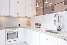 Carrarra marmor & bänkskiva i gjuten betong Wood, Inspiration, Cabinet, White Houses, Kitchen, Countertops, Home Decor, Kitchen Styling, Kitchen Cabinets