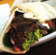 Um dos melhores falafel ever, no Kebab SAlonu.  Aqui, Kebab de falafel feito apenas com grão de bico (não leva favas), muito coentro, salsinha e especiais, hommus, taratour, folhas, cebolas assadas ao limão, azeite e sumac, tomate fresco e berinjelas fritas