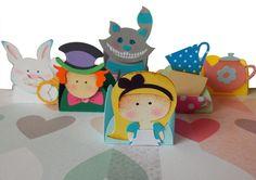 Forminhas de doces em papel 180g com recortes sobrepostos compondo o tema Alice no País das Maravilhas.