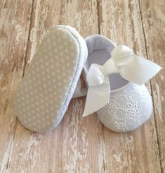 Adorable baby white shoes!!! Ideal for Baptism, Christening, Weddings and any special occasion. Very delicate white baby shoes with a beautiful grosgrain white bow makes these super adorable and comfy
