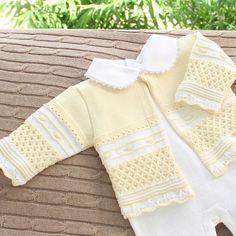 Conjuntinho de tricô amarelo com pérolas e furinhos: sua bebê vai arrasar…