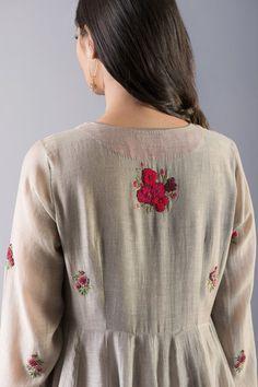 Embroidery On Kurtis, Kurti Embroidery Design, Embroidery Neck Designs, Hand Embroidery Videos, Embroidery Fashion, Embroidery Dress, Churidar Designs, Kurta Designs Women, Kurti Neck Designs
