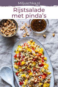 Dit makkelijke en snelle rijstsalade recept is bij uitstek geschikt voor een lekker warme zomerse avond. De dressing heeft een Aziatische twist. Nog fijner aan deze rijstsalade is dat je het ook makkelijk mee kunt nemen naar je werk. Handig om wat extra te maken en op die manier alvast voor de volgende dag je lunch klaar hebben! De rijstsalade is ook als bijgerecht bij de BBQ. #miljuschka #rijstsalade #salade #rijst