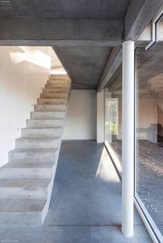 Concrete stairs. Villa MQ 2 by OOA   Office O architects. © Tim Van de Velde.